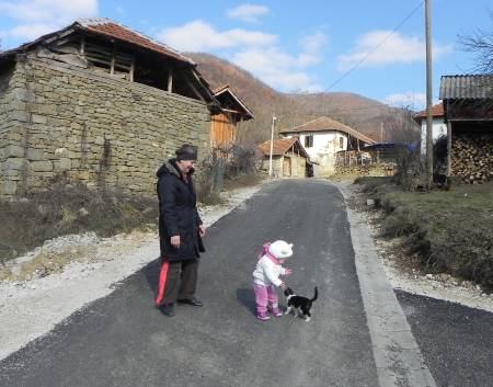 USAID supported road renovations in Čitluk/Çitlluk (Zubin Potok), increasing seniors' access to health care.