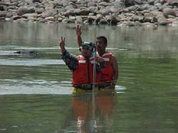 Staff from the Ministry of Natural Resources and Environment measure water levels on the Choluteca River.